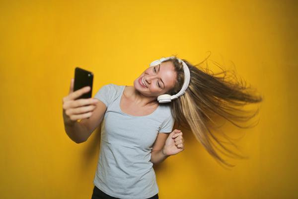 best-instagram-captions-selfies-featured-image-girl-taking-selfie-2