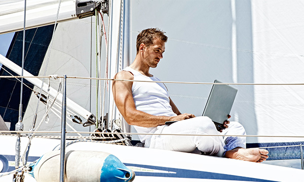 best-remote-desktop-software-featured-image-man-in-a-vacation-using-laptop